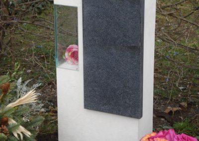 Denkmal mit Glaskörper und eingesetzter Schriftplatte