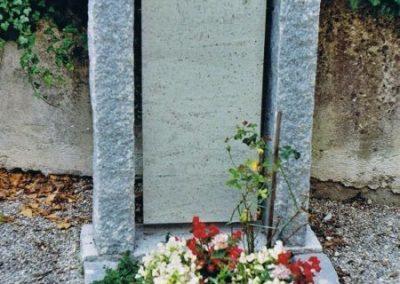 Denkmal, Granitläufer mit freihängender Schrifttafel